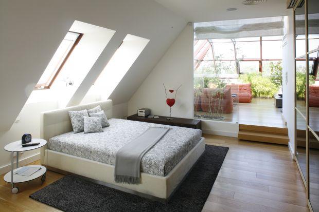 Sypialnia to nie tylko łóżko, szafka nocna i komoda. To również niepowtarzalny klimat, który pozwala nam zrelaksować się i zapomnieć o codzienności. Aby go stworzyć, nie trzeba wcale wiele wysiłku, wystarczy wyobraźnia i pomysł na to, jaki e