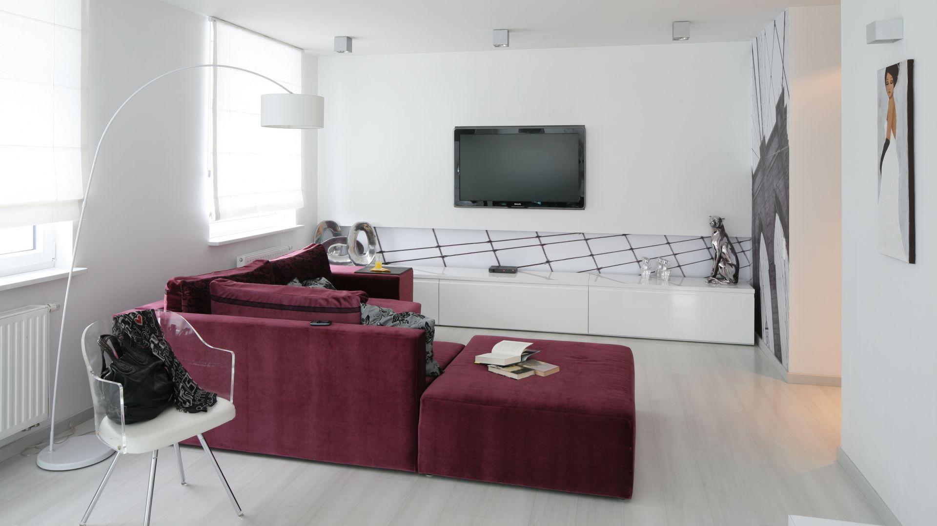 Urozmaiceniem minimalistycznego wnętrza, może być sofa w intensywnym kolorze. Projekt: Anna Maria Sokołowska. Fot. Bartosz Jarosz