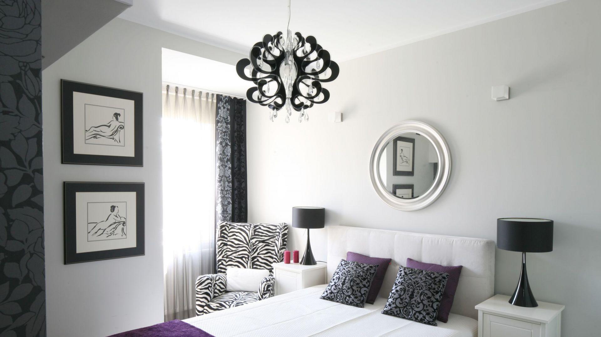 Elegancka sypialnia powinna zawierać wiele ciekawych detali. Może to być fikuśny żyrandol, fotel w tkaninie ze zwierzęcym motywem lub grafika na ścianie. Projekt: Małgorzata Galewska. Fot. Bartosz Jarosz
