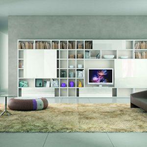 My Space to kolekcja modułowa. Można ją zestawiać według indywidualnego upodobania czy potrzeb wnętrza. Fronty oraz otwarte półki można urozmaicić elementami wykończonymi naturalnym drewnem i w kolorze, na mat lub na wysoki połysk. Fot. Kler