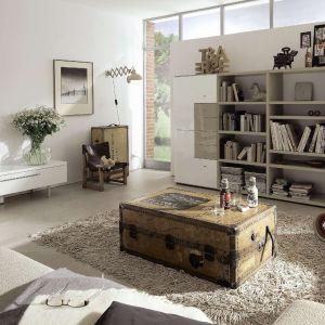 Zestaw Time to modne połączenie dekoru drewna z połyskującymi frontami. Regał w kolekcji jest nowoczesną alternatywą dla klasycznych meblościanek. Fot. Kler