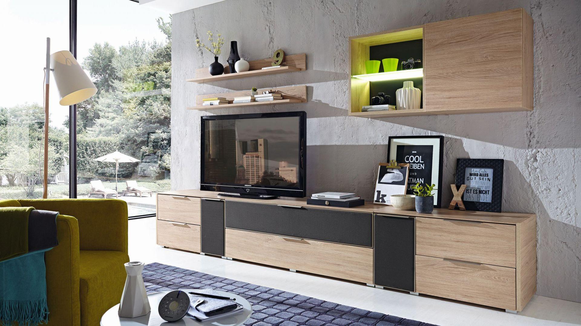 Kolekcja Median to harmonijne połączenie grafitowych elementów z naturalnym kolorem drewna. Fot. BRW