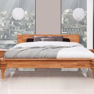 Kolekcję Paris cechują toczone nogi poszczególnych mebli, których stylowy, wiktoriański design równoważą proste linie pozostałych elementów mebli – zagłówka łóżka oraz frontów szafek i komód. Fot. Beds.pl