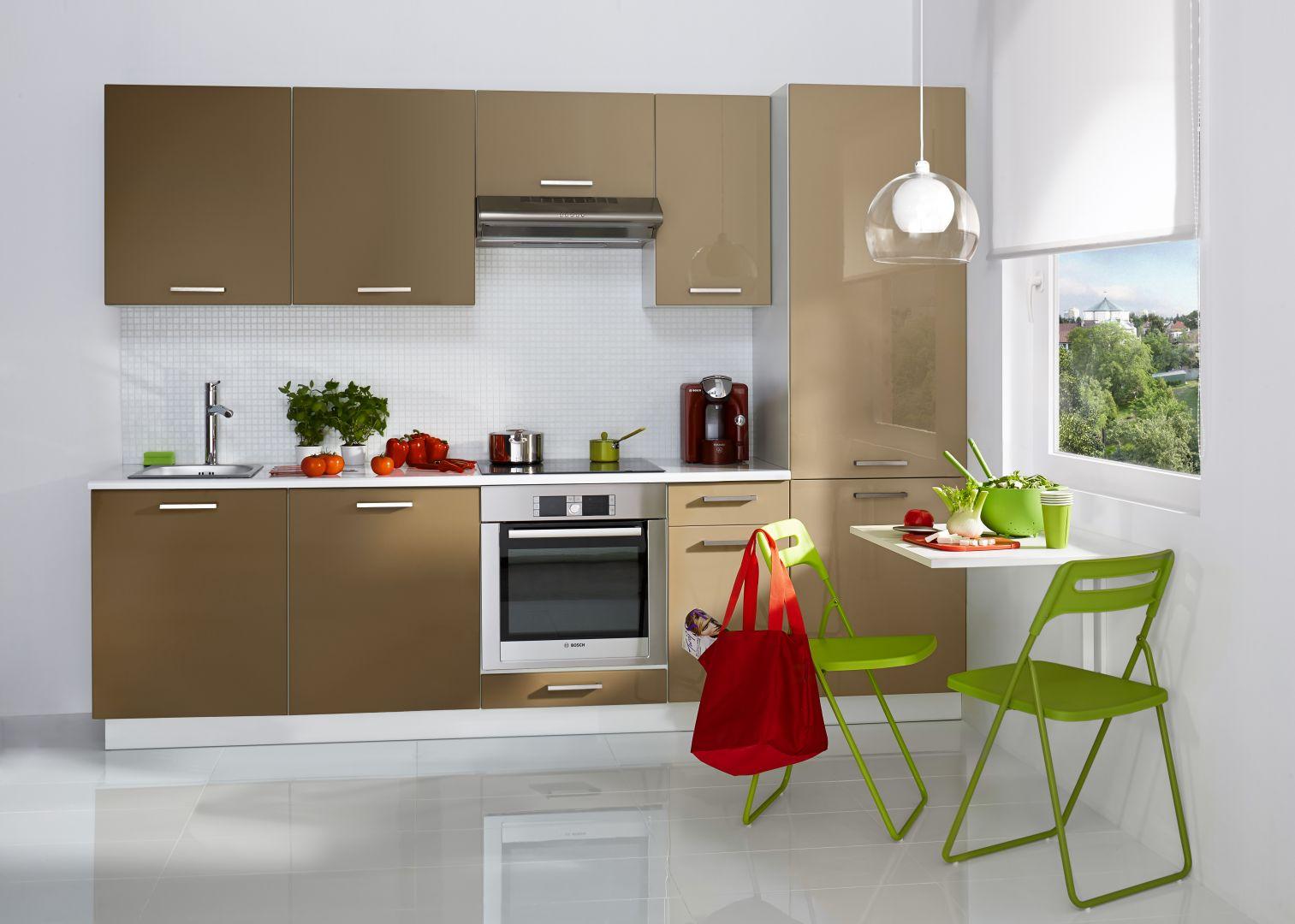 Kuchnia City w kolorze cappucino, świetnie sprawdzi się w mieszkaniu w bloku. Aranżacja jest prosta i funkcjonalna. Fot. Castorama