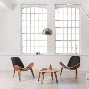Drewniany stolik Cho7 na wysokich nóżkach nie przytłacza wnętrza i jest bardzo uniwersalny wzorniczo. Fot. Voga