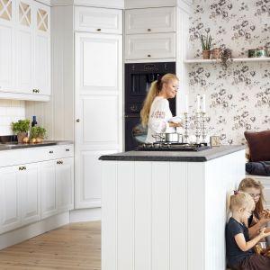 Klasyczne kuchnie kojarzą się z zapachem domowego ciasta czy sznurem czosnku wiszącym pod ścianą. To bardzo rodzinny i przytulny rodzaj kuchni, który sprawia, że każdy czuje się w niej dobrze. Fot. Ballingslöv