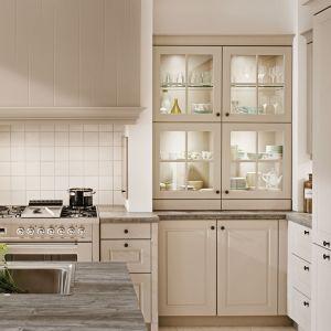 Klasyczne kuchnie mogą być też bardzo romantyczne i nostalgiczne. Wszystko dzięki beżowym barwom, kryształowym witrynom oraz ozdobnym listwom. Na zdjęciu kuchnia New Romance. Fot. Ballerina