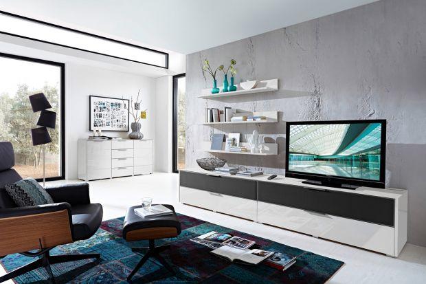 Meble pod telewizor również mogą mieć ciekawy design. Te modele będą ozdobą salonu.