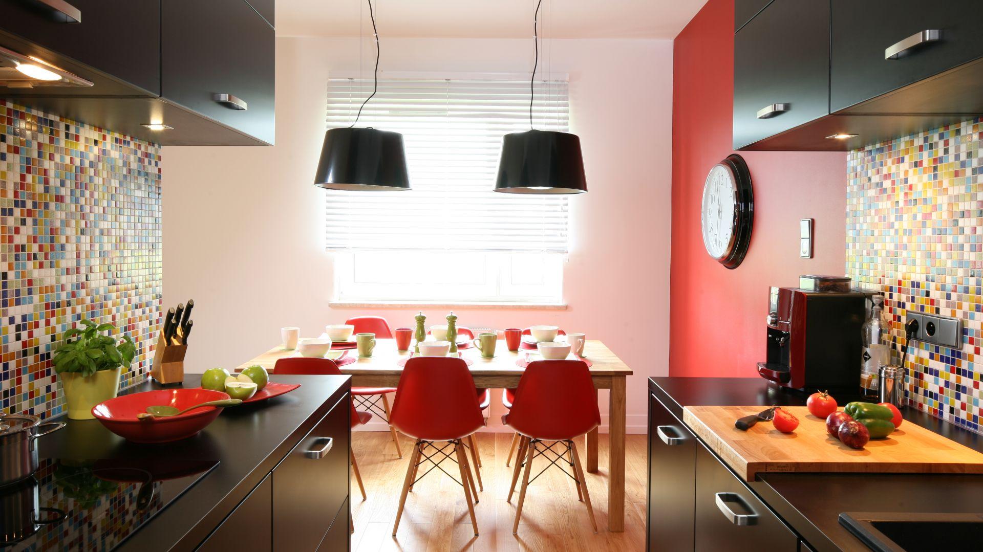 W mieszkaniach w bloku często są wąskie kuchnie. Warto w takiej przestrzeni zastosować zabudowę dwurzędową, która da wiele miejsca do przechowywania i jednocześnie swobodę pracy pomiędzy strefami. Projekt: Dorota Szarfańska. Fot. Bartosz Jarosz