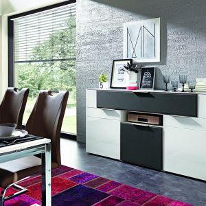 Kolekcja Median dostępna jest w wielu kolorach, w tym także, jako biel zestawiona z głęboką szarością. Fot. BRW