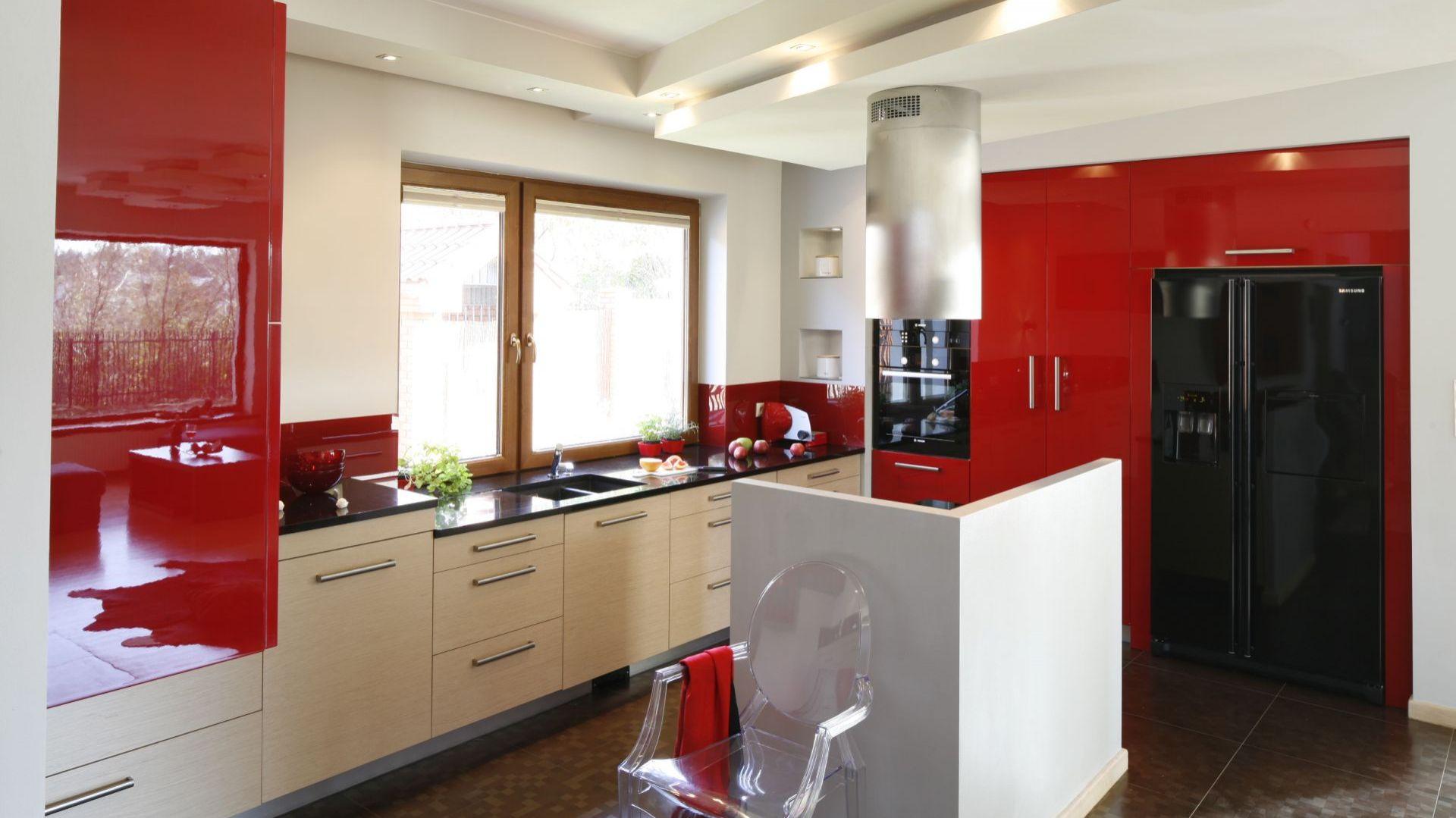 Biel i czerwień na wysoki połysk sprawi, że aranżacja kuchni będzie nowoczesna i bardzo wyrazista. Projekt: Jolanta Kwilman. Fot. Bartosz Jarosz