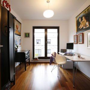 Z domowego biura można uczynić atut. Jeśli wybierzemy meble, które będą odznaczały się np. nowoczesnym stylem. Kolekcja świetnie komponuje się z klasycznym wystrojem wnętrza. Projekt: Ewa Kulikowska. Fot. Marcin Onufryjuk