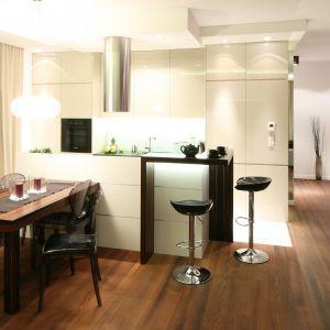 Kuchnia pod wymiar z barkiem będzie świetnym rozwiązaniem, jeśli mamy w mieszkaniu dużą, otwartą przestrzeń. Projekt: Katarzyna Mikulska-Sękalska. Fot. Bartosz Jarosz