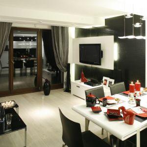 Biały stół zestawiono na zasadzie kontrastu z czarnymi krzesłami. Projekt: Agnieszka Burzykowska-Walkosz. Fot. Bartosz Jarosz