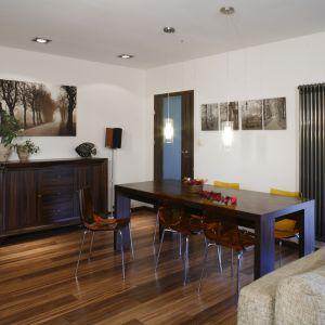 Modne jest zestawienia stołu i krzeseł w różnych stylach. Najczęściej łączy się drewniany, prosty w formie stół z krzesłami z plastiku, metalu lub kolorowymi. Projekt: Katarzyna Merta-Korzniakow. Fot. Bartosz Jarosz