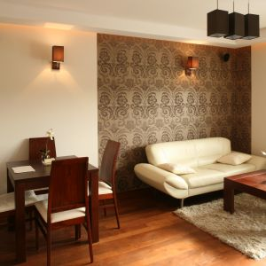 Krzesła z wysokim oparciem i tapicerowanym siedziskiem prezentują się niezwykle elegancko. Projekt: Katarzyna Żukowska. Fot. Bartosz Jarosz