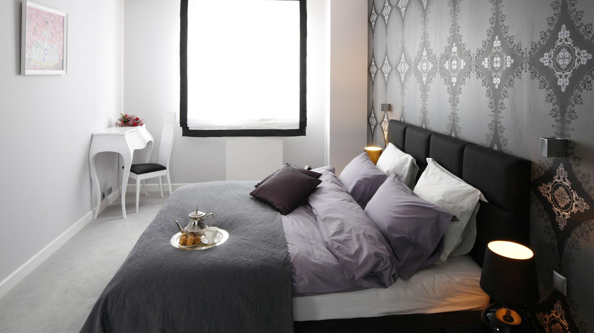 Miękkie, duże łóżko to podstawowe wyposażenie każdej sypialni, a zdrowy i porządny sen to podstawa dobrego samopoczucia za dnia. Projekt: Magdalena Smyk. Fot. Bartosz Jarosz