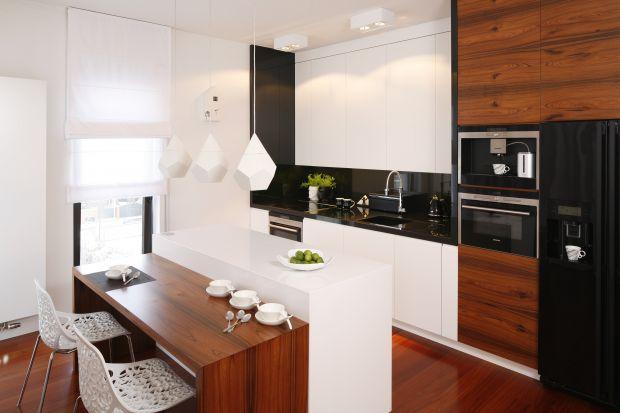 Biała kuchnia ocieplona drewnem. 20 pięknych wnętrz