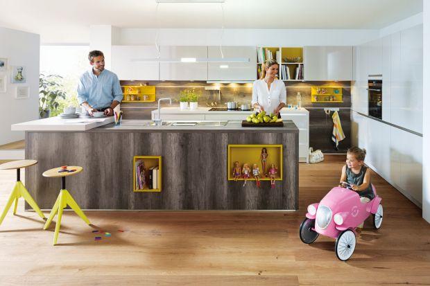 Kuchnia jest miejscem, w którym liczba przedmiotów przyciągająca uwagę dziecka jest ogromna. Są jednak rozwiązania, dzięki którym zaaranżujemy kuchnię w bezpieczny sposób.