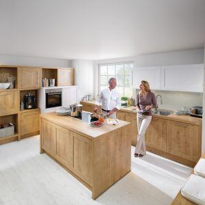 Jasne drewno i biel to modne połączenie. Te zestawienie kolorów jest przypisane również do kuchni w stylu skandynawskim. Jeśli chcesz mieć kuchnię w tym właśnie stylu, wybierz fronty w kolorze jasnego drewna i bieli. Fot. Nolte Kuechen