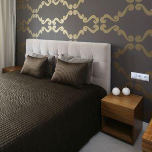 Tapeta w sypialni może być eleganckim akcentem, który będzie przysłowiową wisienką na torcie w aranżacji wnętrza. Projekt: Małgorzata Galewska Fot. Bartosz Jarosz