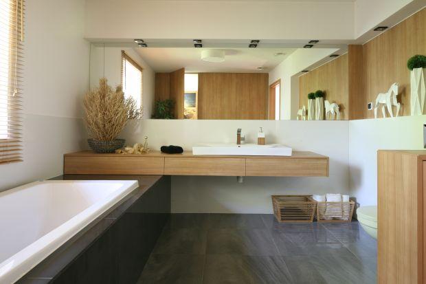 Chociaż zazwyczaj niewielka, łazienka jest miejscem, które można urządzić funkcjonalnie i stylowo, wybierając odpowiednie meble i dodatki. Jako inspirację prezentujemy 20 pięknych łazienek zaprojektowanych przez profesjonalnych architektów.