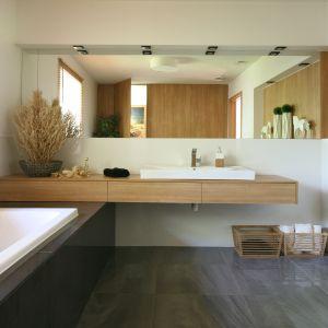Drewno i biel to sprawdzony sposób na modną, ale jednocześnie przytulną łazienkę. Projekt: Małgorzata Błaszczak. Fot. Bartosz Jarosz