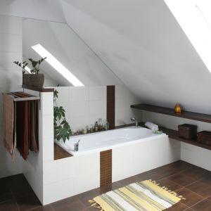 Elementy drewna w białej łazience sprawią, że nawet największe wnętrze stanie się przytulne. Projekt: Joanna Wojtkiewicz. Fot. Bartosz Jarosz.
