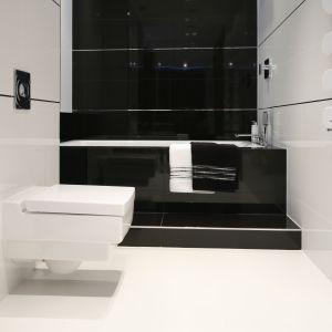 Czerń i biel to doskonały pomysł na modną, ale też stylową łazienkę. Jeśli wnętrze jest niewielkie, lepiej zastosować większą ilość białego koloru. Projekt: Anna Maria Sokołowska. Fot. Bartosz Jarosz