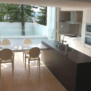 Efekt betonowych powierzchni przy jednoczesnym zachowaniu najwyższych parametrów technicznych można osiągnąć stosując płyty konglomeratowe o matowym wykończeniu. Fot. Technistone