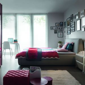 Miękkie, tapicerowane łóżko wcale nie musi kojarzyć się ze style glamour. Sypialnia Roksana to doskonały dowód na to, że miękkie łóżka mogą być minimalistyczne. Fot. BRW