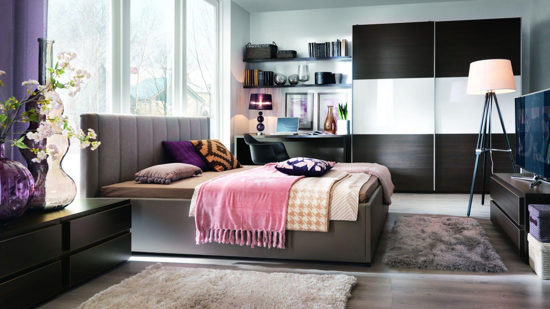 Miękki, tapicerowany zagłówek to świetne rozwiązanie dla osób lubiących czytać przed snem. Można się na nim wygodnie oprzeć. Na zdjęciu sypialnia Lorenzo. Fot. BRW.