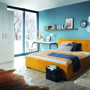 Tapicerowane łóżko Carlet ma piękny, energetyczny kolor i przyjemną w dotyku tkaninę. Nada sypialni charakteru i nieco przytulności. Fot. Black Red White