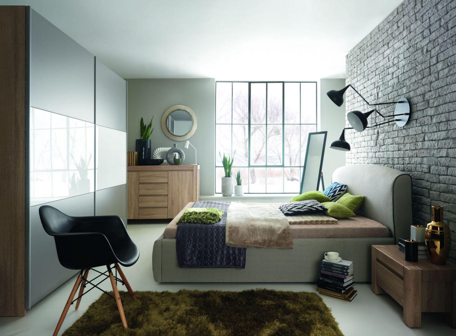 Sypialnia Alice. Duże tapicerowane łóżko z zagłowkiem zapewni parze wygodę wypoczynku. Fot. Black Red White