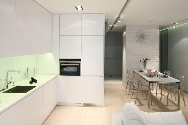 Szafki kuchenne do samego sufitu? Dlaczego nie! Wbrew pozorom nie muszą wyglądać ciężko i przytłaczająco,pod warunkiem, że zostaną dobrze zaprojektowane.
