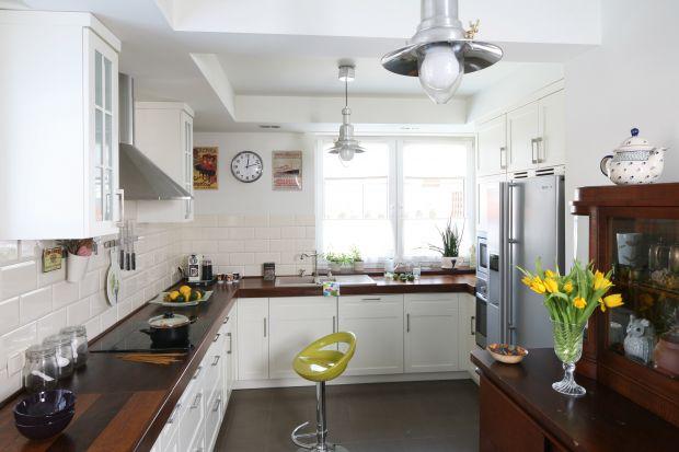 Strefa wokół zlewu jest jednym z najczęściej uczęszczanych miejsc w kuchni. Dlatego niezwykle ważne jest by była ona pomysłowo i funkcjonalnie zaplanowana. Pokazujemy klika niezawodnych sposobów.