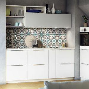 Kuchnia Metod dedykowana do małych wnętrz, np na poddaszu. Dzięki niewysokim szafkom możemy zagospodarować trudne miejsca. Fot. IKEA