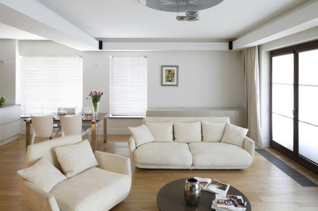 Meble wypoczynkowe to jeden z ważniejszych elementów wyposażenia salonu. Który model wybrać? Jak go ustawić, aby wnętrze prezentowało się nie tylko ładnie, ale też było wygodne w użytkowaniu? Pokazujemy kilka pomysłów.