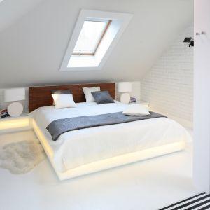 Łóżko z podświetloną podstawą to ciekawe rozwiązanie do sypialni na poddaszu. Projekt: Agnieszka Zaremba, Magdalena Kostrzewa-Świątek. Fot. Bartosz Jarosz