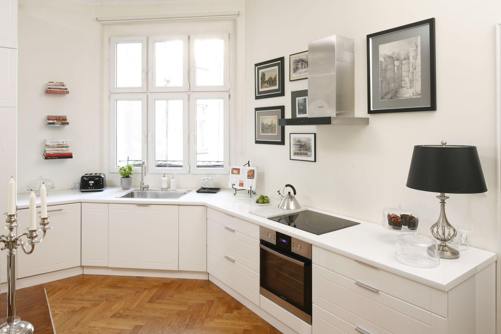 Biała kuchnia z białym blatem wprowadzi do wnętrza świeżość. Taka aranżacja może być zarówno nowoczesna jak i klasyczna. Projekt: Iwona Kurkowska. Fot. Bartosz Jarosz