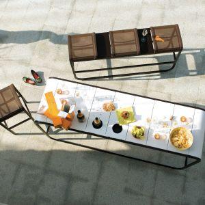 Stół o opływowych kształtach wpisze się naturalnie w otoczenie. Fot. Ego Paris