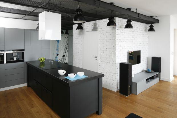 Na ścianie beton lub cegła. Całość dopełniają oryginalne meble oraz dodatki. Wnętrza zainspirowane pofabrycznym klimatem są niezwykle klimatyczne.