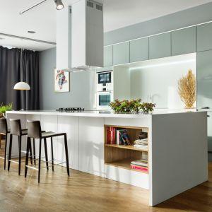 Zabudowa na całą ścianę z wnęką to modna propozycja kuchni w nowoczesnym stylu. Jest minimalistyczna i bardzo praktyczna. Fot. Vigo/Max Kuchnie