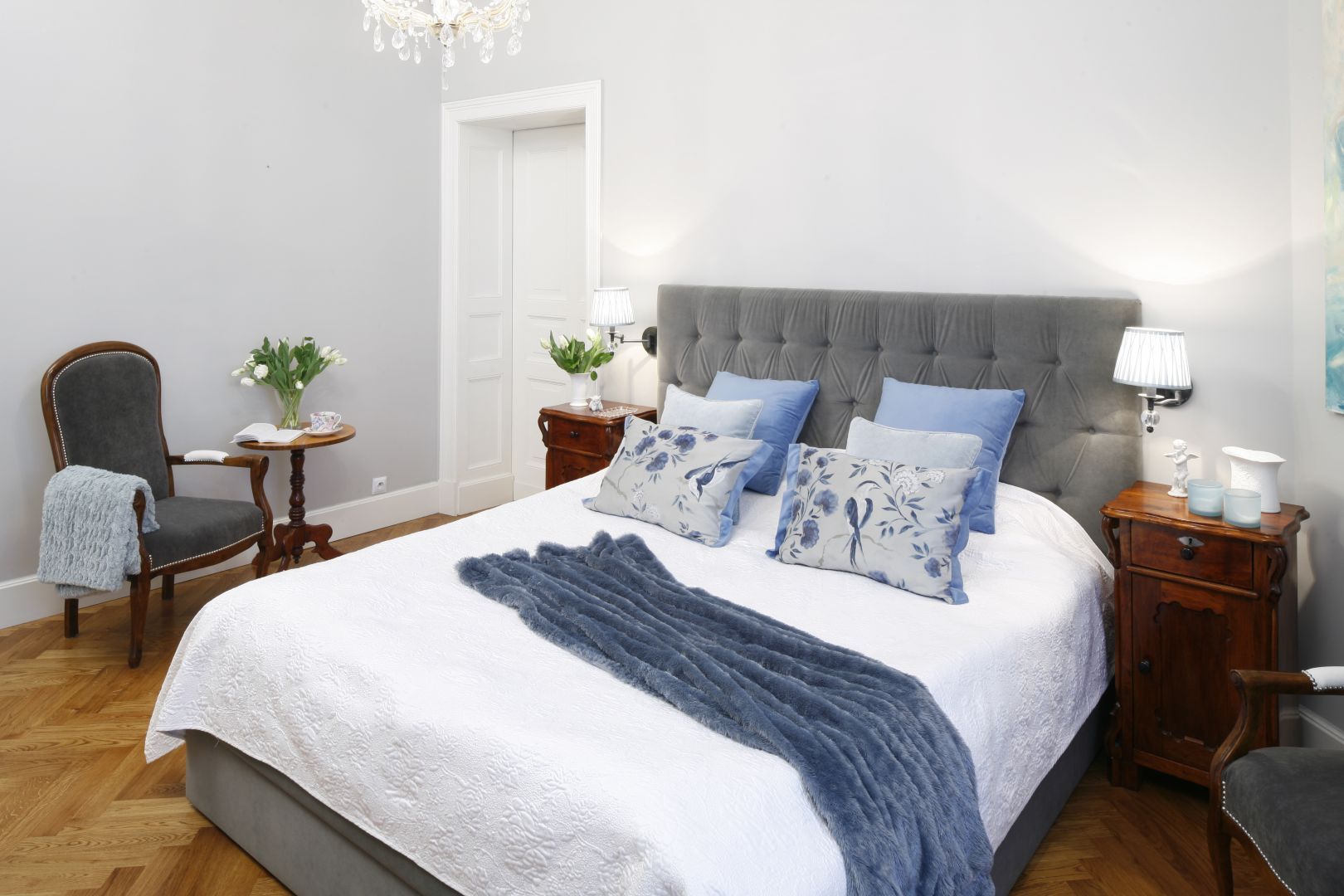 Łóżko z zagłówkiem tapicerowanym szarą tkaniną to ciekawy element wnętrza. Miękki zagłówek zapewnia także komfort podczas chwili z książką. Projekt: Iwona Kurkowska. Fot. Bartosz Jarosz