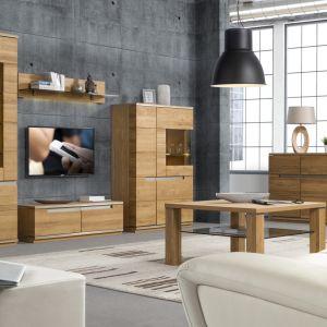 Kolekcja Torino zachwyca pięknym kolorem drewna oraz nastrojowym oświetleniem umieszczonym w witrynach. Ciekawym detalem są metalowe wstawki. Fot. Szynaka Meble