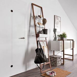 Kolekcja mebli Mio. Jej konstrukcja oparta jest o dwa elementy: bukowe drabinki i skrzynki. Fot. Vox Meble