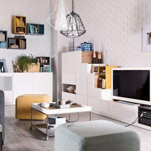 """Kolekcja Muto daje nieograniczone możliwości aranżacji wnętrza. Kolorowe kubiki ożywiają cały zestaw i sprawiają, że w salonie """"dużo się dzieje"""". Fot. Vox"""