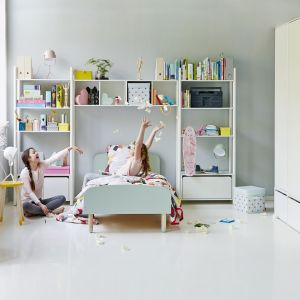Meblościanka w pokoju dziecka może być bardzo praktycznym meblem. Z otwartymi półkami pozwoli wyeksponować dziecięce skarby. Fot. Flexa