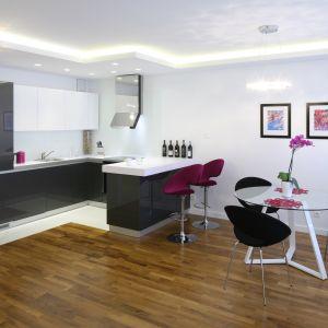 W małych wnętrzach barek może być ciekawym sposobem na oddzielenie kuchni od salonu. Również ją nieco osłoni. Projekt: Agnieszka Hajdas-Obajtek. Fot. Bartosz Jarosz