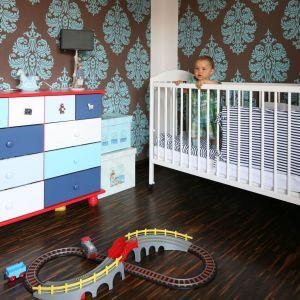 Pokój malucha powinien być nie tylko ładny i wygodny, ale także funkcjonalny dla rodziców. W urządzaniu warto postawić na minimalizm i rozwiązania praktyczne. Projekt: właściciele. Fot. Bartosz Jarosz